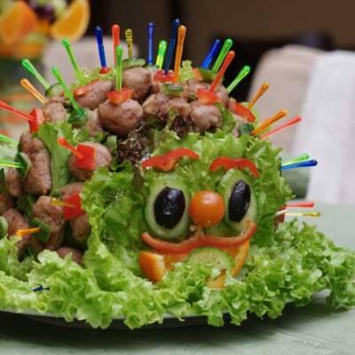Roštilj meso za dečiji rođendan u obliku ježa ili gusenice