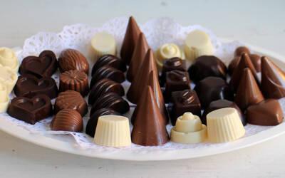 Praline od bele i crne čokolade punjene raznim filovima