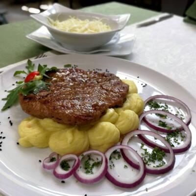 Pljeskavica, pire krompir i kupus salata